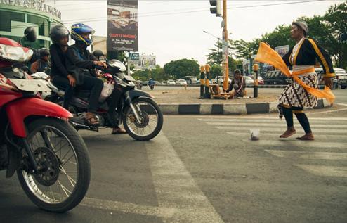 Penari Jalanan beraksi di sebuah zebra cross jalan kota Yogyakarta