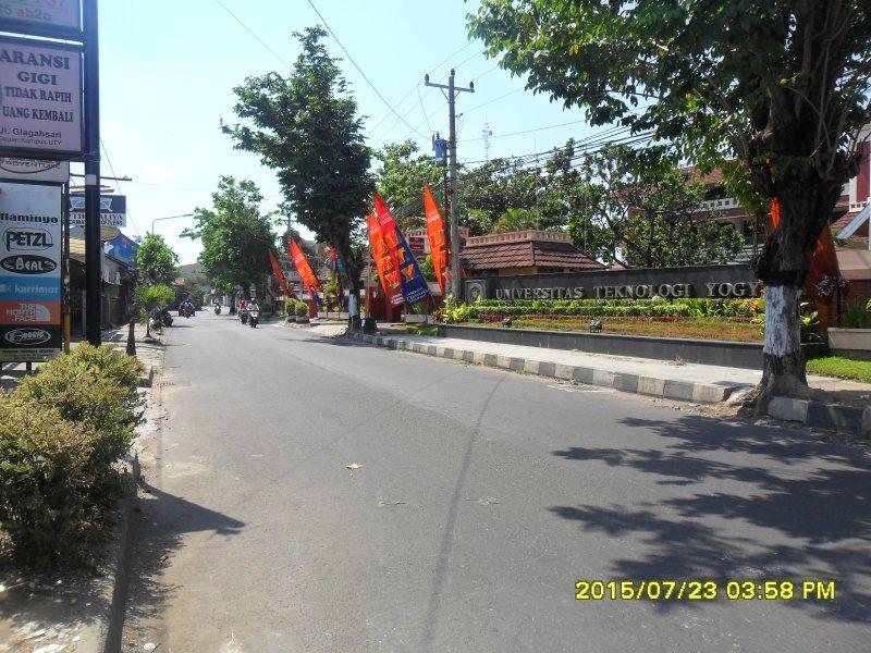 jalan didepan sebuah kampus di Yogyakarta
